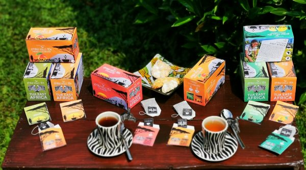 Verschiedene Embu Hills Tee Sorten auf einem Tisch im Grünen