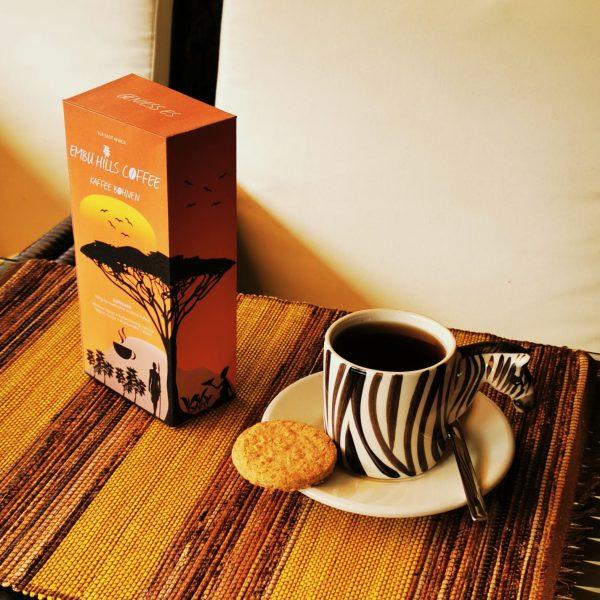 Embu Hills Coffee Verpackung mit Tasse auf Tisch